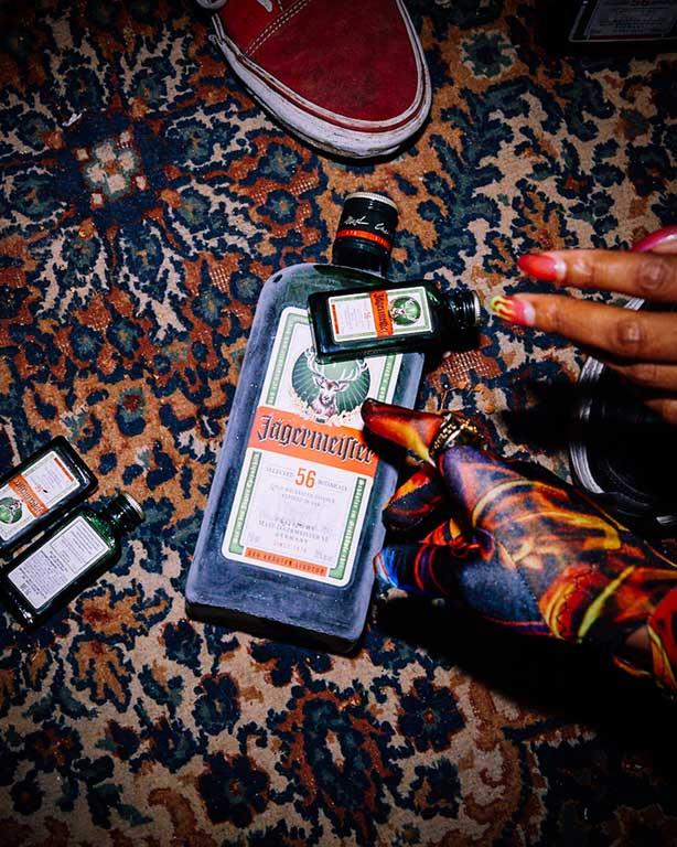 Jägermeister Adventskalender - Geschenk Set - 24 Türchen verschiedene Fan Artikel Jägermeister Zubehör Geschenkbox Kräuterlikör Adventskalender (35% Vol)- [Enthält Sulfite]