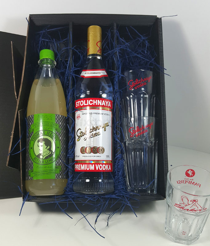 Stolichnaya Vodka Lemon Set / Geschenkset - Stolichnaya Vodka 1L (40% Vol) + 1x Thomas Henry Bitter Lemon 1L + 2x Vodka Gläser + Shakers Glas geeicht 4cl - Inkl. Pfand MEHRWEG